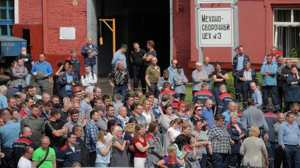 Сотрудники Минского тракторного завода собрались возле завода во время акции протеста против результатов президентских выборов