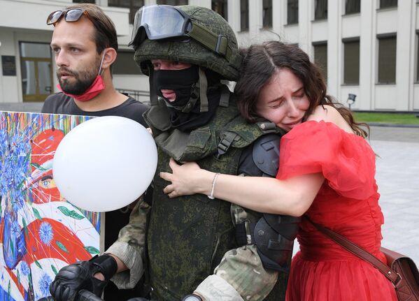 Участники акции протеста и военнослужащий в Минске