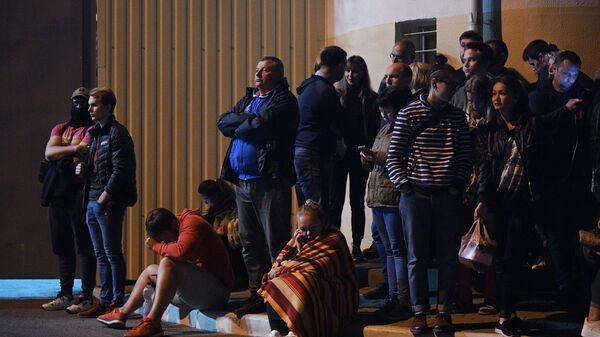 Люди ожидают освобождения своих родных и близких возле Центра изоляции правонарушителей на улице Окрестина в Минске