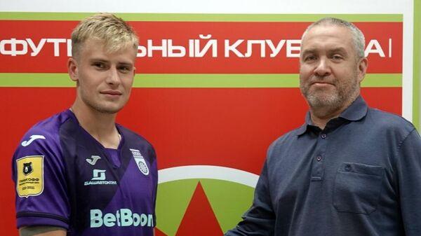 Защитник клуба Уфа Олег Данченко (слева)