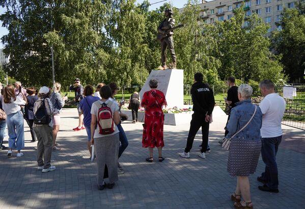 Люди у памятника лидеру группы Кино Виктору Цою скульптора Матвея Макушкина в Санкт-Петербурге