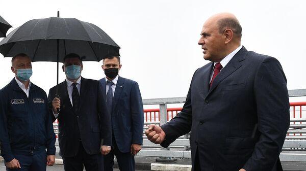 Председатель правительства РФ Михаил Мишустин общается со строителями автомобильного моста через Амур между Благовещенском и китайским Хэйхе