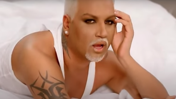 Кадр из клипа на песню Mrazish певца Азиса