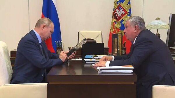 Сечин подарил Путину бутылку с нефтью