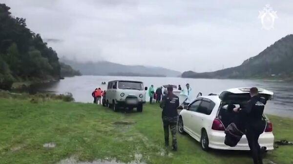 На месте обнаружения тела девочки на берегу Енисея в Хакасии. Стоп-кадр видео