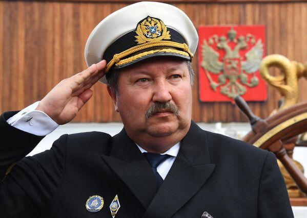 Капитан барка Седов Виктор Николин на палубе судна перед отправлением в экспедицию по Северному морскому пути из Владивостока в Калининград