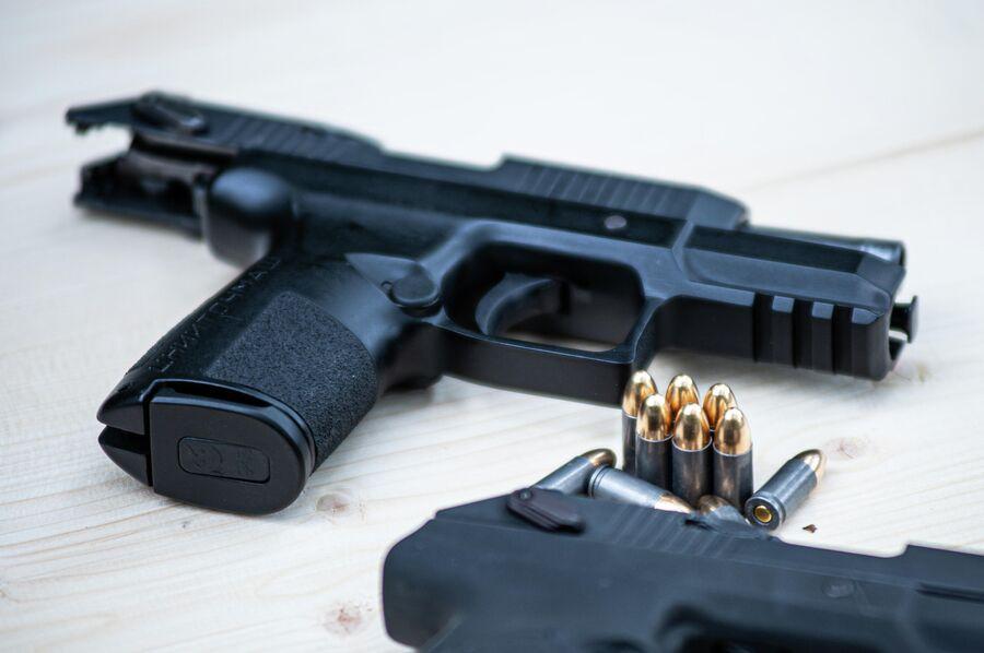 Пистолет 'Полоз' с взведенным затвором