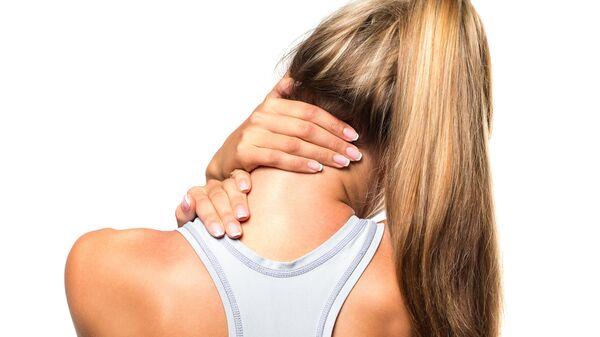 Девушка, испытывающая боль в шейном отделе