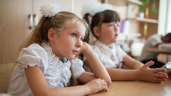 Школьницы в первый день учебного года
