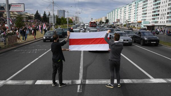Участники акции протеста у метро Пушкинская в Минске