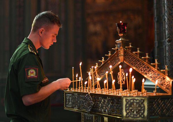 Военнослужащий в Главном храме Вооруженных сил РФ в Московской области во время праздника Преображения Господня