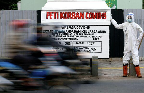 Манекен, одетый в индивидуальный защитный костюм, в Джакарте, Индонезия