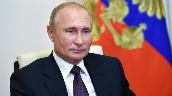 Президент РФ Владимир Путин во время встречи посредством телеконференции с выпускниками III потока программы развития кадрового управленческого резерва