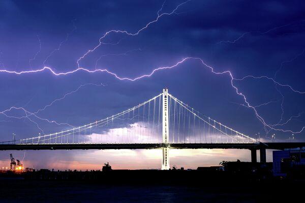 Молния над мостом между Сан-Франциско и Оклендом