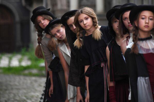 Участники показа коллекции одежды Надежды Шибиной в проекте CINEMA FASHION на площадке киностудии Мосфильм в Москве