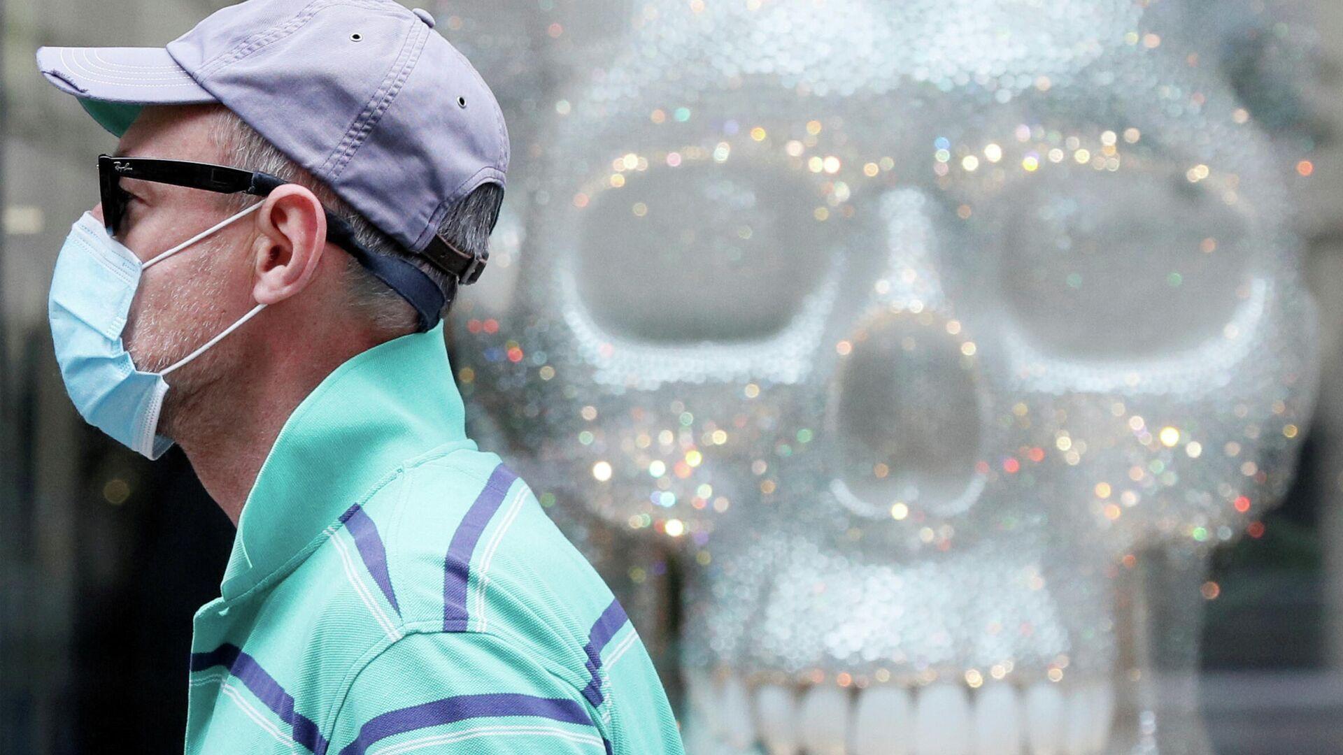 Мужчина в защитной маске проходит мимо витрины магазина в Киеве  - РИА Новости, 1920, 21.08.2020