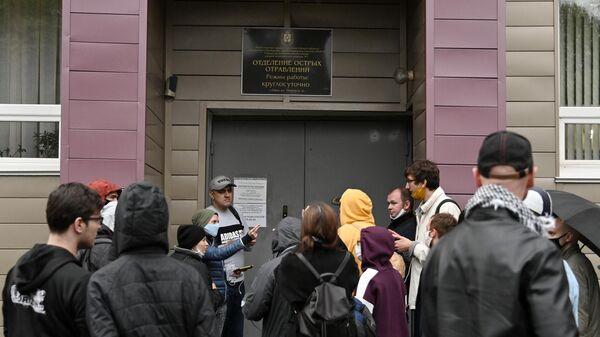 Журналисты на территории омской БСМП № 1, где в токсикореанимации находится Алексей Навальный