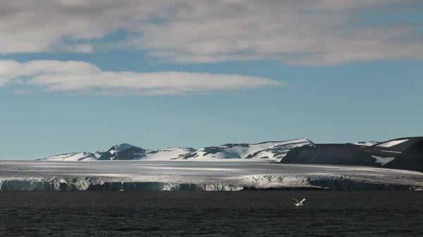Вид на ледник Серп и Молот в районе архипелага Новая Земля