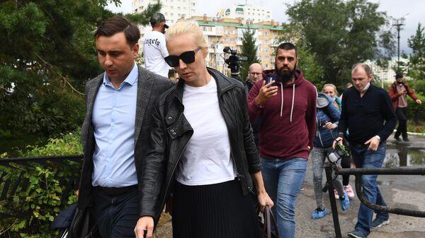 Директор Фонда борьбы с коррупцией Иван Жданов и супруга Алексея Навального Юлия на территории омской БСМП №1