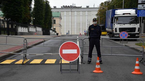 Сотрудник правоохранительных органов у здания Следственного комитета Белоруссии в Минске