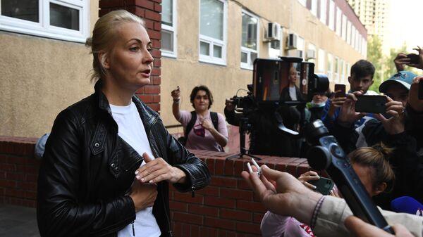 Супруга Алексея Навального Юлия у здания омской БСМП №1