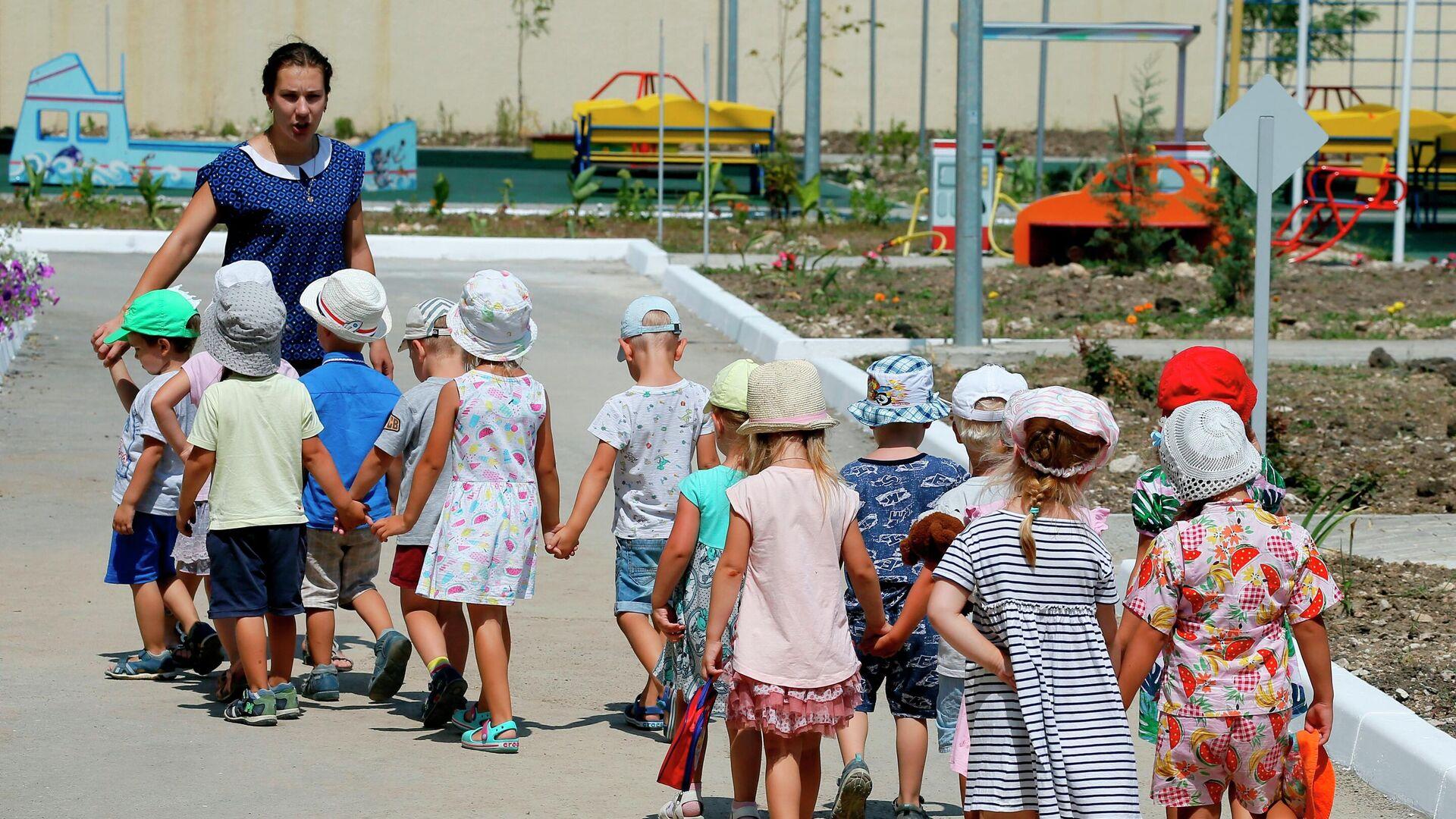Дети с воспитателем в детском саду - РИА Новости, 1920, 01.06.2021