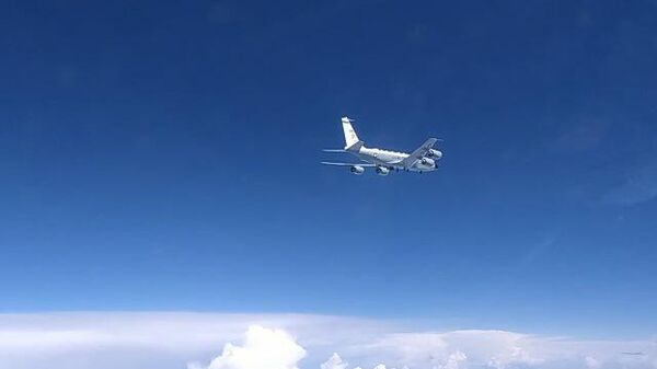 Российский истребитель перехватил самолет-разведчик над Черным морем. Кадры Минобороны