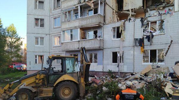 Сотрудники МЧС РФ работают на месте взрыва бытового газа в жилом доме No5 по улице Батова в Ярославле