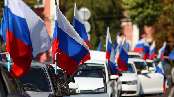 Участники автопробега в честь Дня государственного флага России в Краснодаре