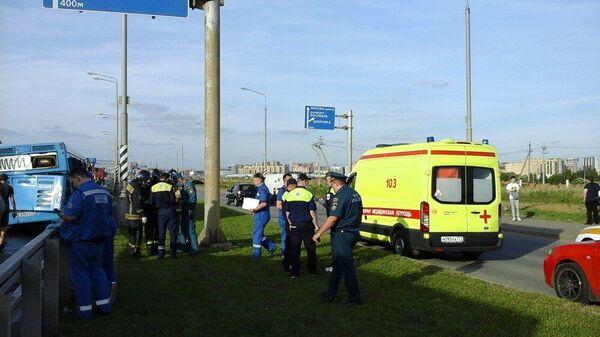 Последствия ДТП с участием грузового автомобиля и автобуса на Калужском шоссе в ТиНАО