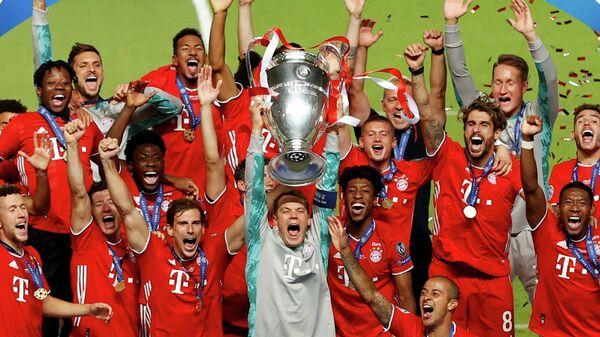 Футболисты Баварии с кубком Лиги чемпионов