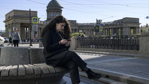 Девушка с мобильным телефоном в Санкт-Петербурге