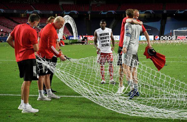 Вратарь Баварии Мануэль Нойер с персоналом клуба после финала Лиги чемпионов