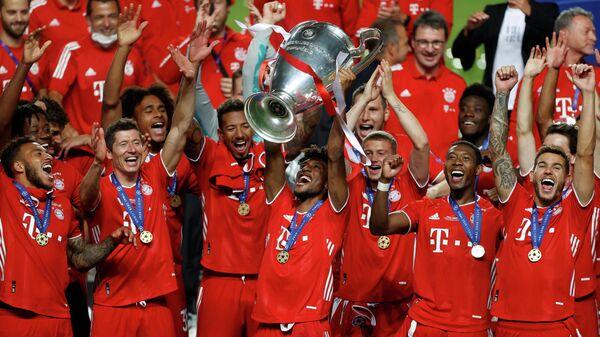 Футболисты Баварии с трофеем Лиги чемпионов