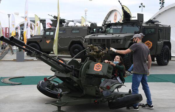 Посетители у 23-миллиметровой спаренной зенитной установки ЗУ-23 на выставке вооружений Международного военно-технического форума (МВТФ) Армия-2020 в военно-патриотическом парке Патриот