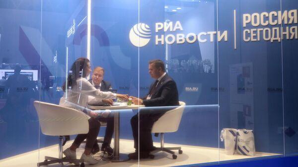 Губернатор Новгородской области Андрей Никитин (справа) в студии стенда МИА Россия сегодня в конгрессно-выставочном центре Патриот