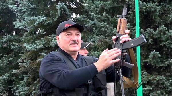 Президент Белоруссии Александр Лукашенко у Дворца Независимости в Минске