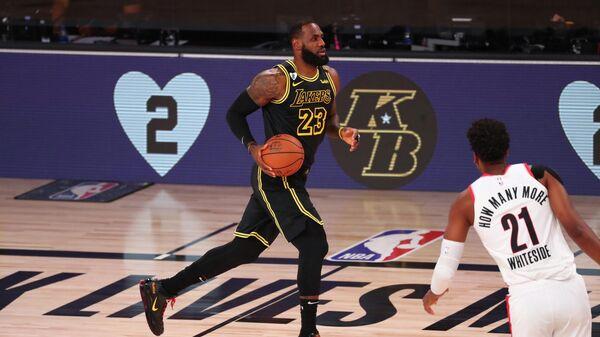 Баскетболист Лос-Анджелес Лейкерс Леброн Джеймс в матче НБА
