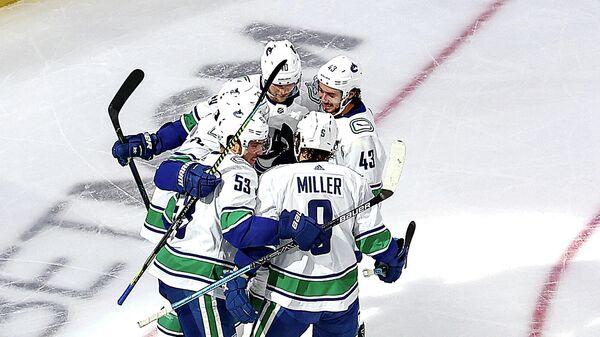 Хоккеисты Ванкувер Кэнакс празднуют заброшенную шайбу в ворота Вегас Голден Найтс