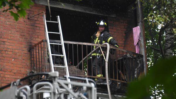 Сотрудник пожарной охраны в жилом доме No4 по улице Кубинка в Москве, где произошел взрыв