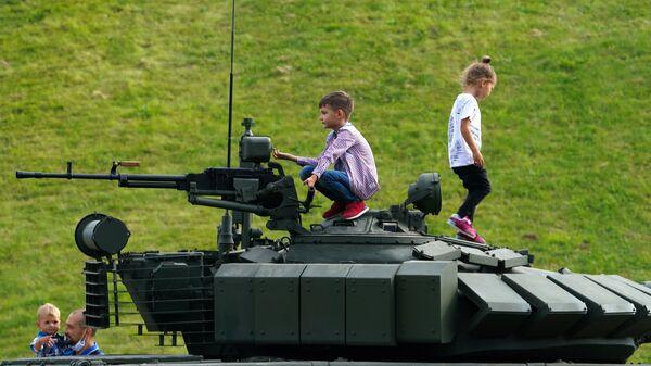 Зрители перед началом демонстрационной программы военной техники в рамках Международного форума Армия-2020 на полигоне Алабино в Подмосковье