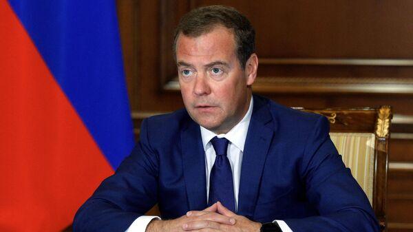 Медведев поддержал идею назвать улицы в честь умерших от COVID-19 врачей