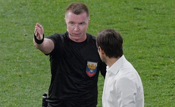 Главный тренер Зенита Сергей Семак (справа) и главный судья Станислав Васильев