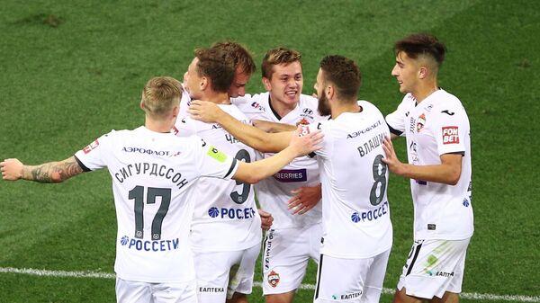 Игроки  ПФК ЦСКА радуются забитому мячу