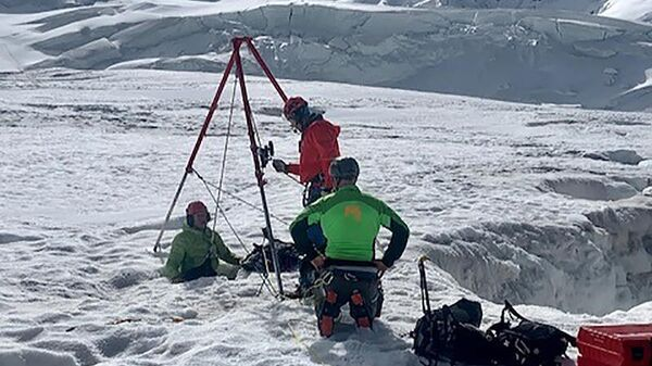 Швейцарские спасатели на месте обнаружения туристки, упавшей в ледяную расщелину