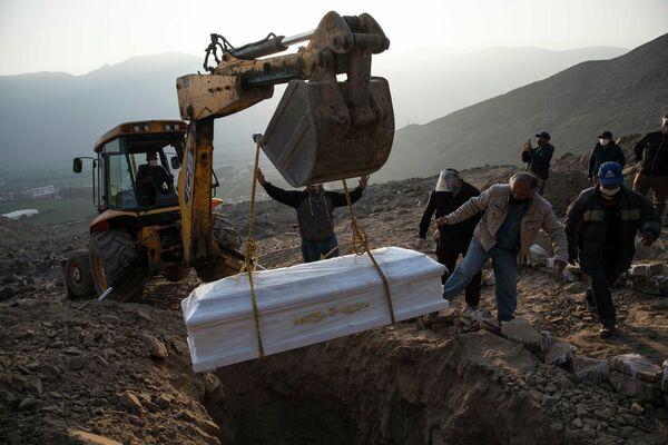 Похороны погибшей от коронавируса в Лиме, Перу