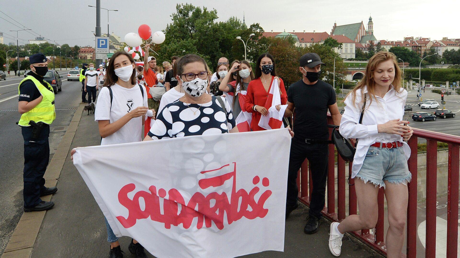 Жители Варшавы на шествии в поддережку протестов в соседней Беларуси  - РИА Новости, 1920, 28.08.2020