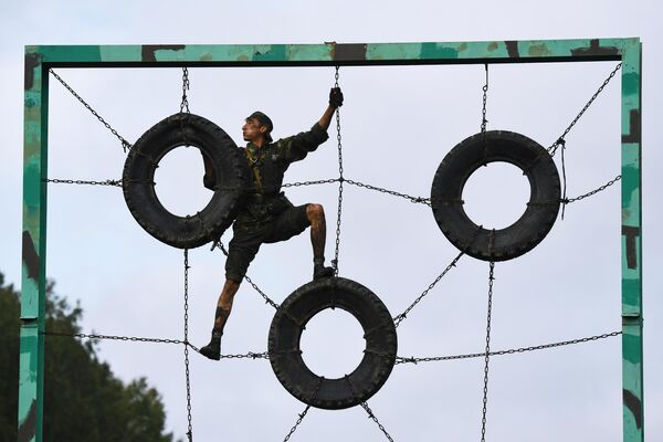 Военнослужащий вооруженных сил Узбекистана во время прохождения этапа Тропа разведчика в конкурсе Отличники войсковой разведки в рамках Армейских международных игр АрМИ-2020