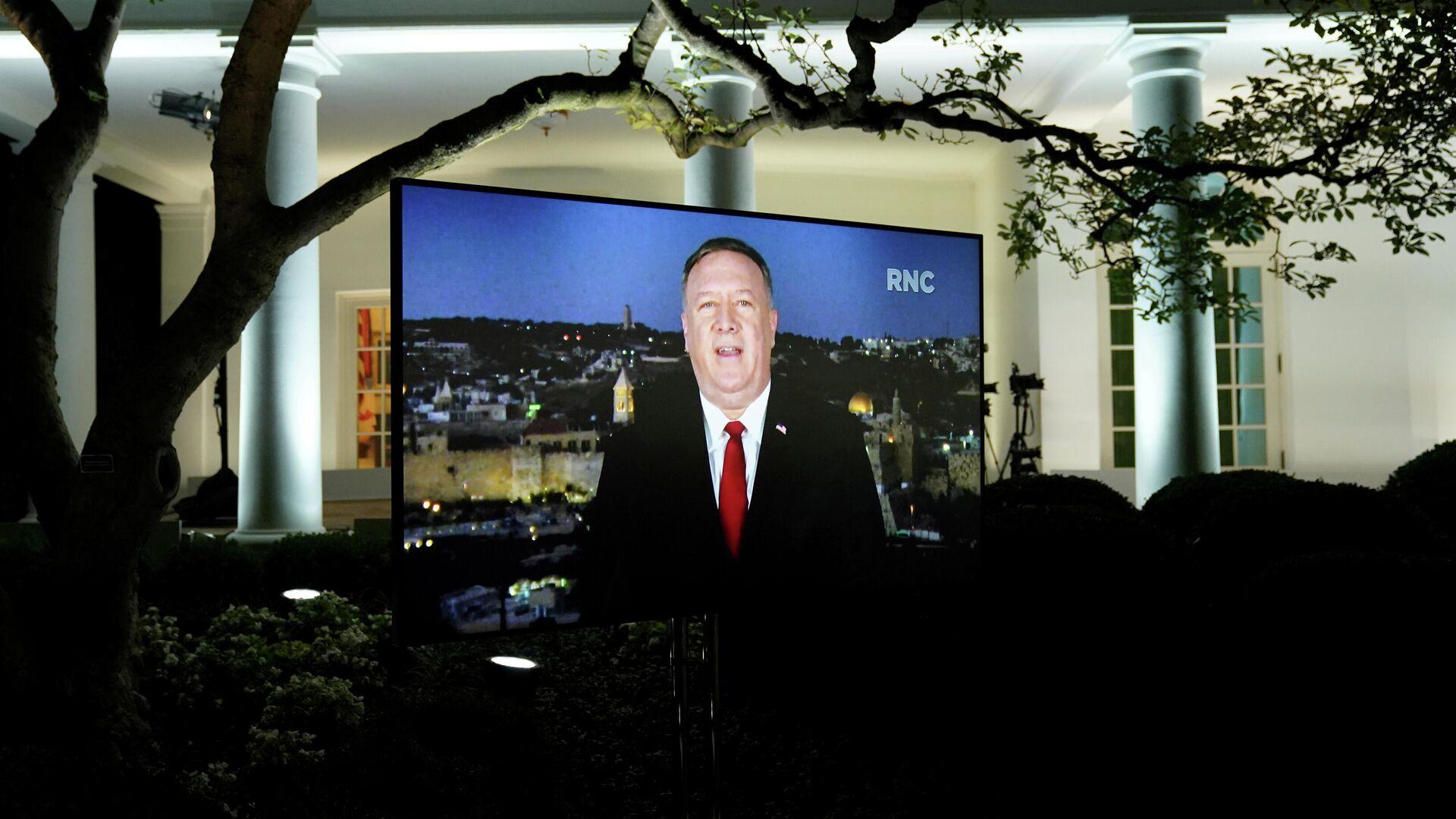 Госсекретарь США Майк Помпео на мониторе, установленном в Розовом саду Белого дома - РИА Новости, 1920, 27.08.2020