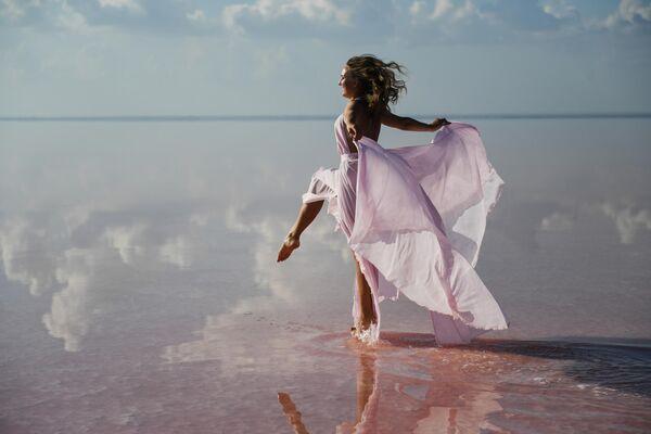 Модель демонстрирует одежду в рамках показа мод на озере Сасык-Сиваш под Евпаторией